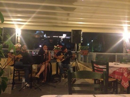 Tsipouradiko Santorinis : traditional Greek music every night!