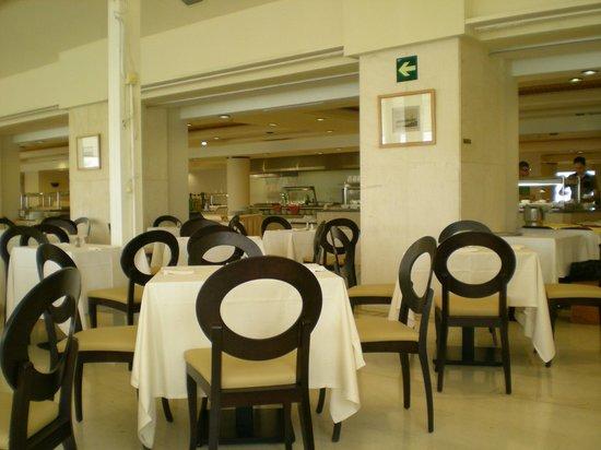 THB Torrequebrada Hotel: comedor solitario comida escasa.