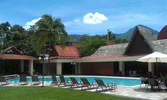 Hotel Terraza: Vista de la Piscina y las Montanas desde el Restaurante.