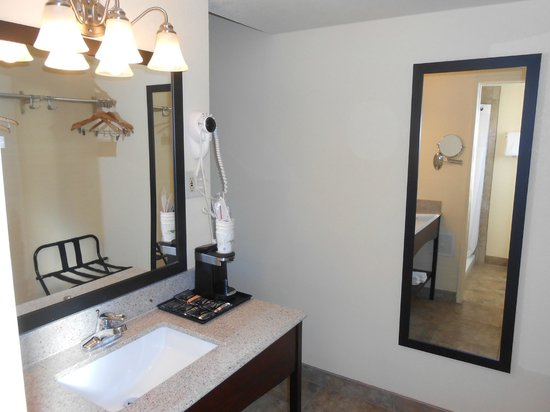 Howard Johnson Inn Flagstaff: bathroom vanity