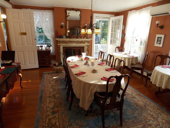 Applewood Manor Inn Bed & Breakfast: The dining room.