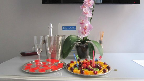 Relais Sul Mare - Boutique B&B in Naples : prosecco e frutta in camera