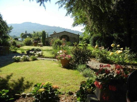 Relais Villa Baldelli: Villa Baldelli garden, Cortona on horizon
