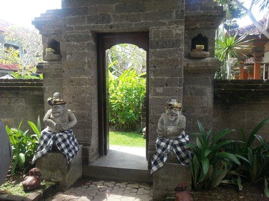 Hotel Sinar Bali: Eingang zur Hotelanlage