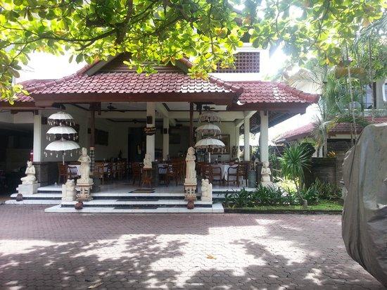 Hotel Sinar Bali: Hof und Rezeption