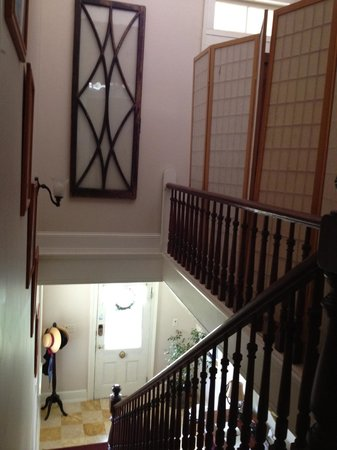 Leathers-Snyder Inn Bed and Breakfast : View of main staircase, looking outside the Charlotte room.