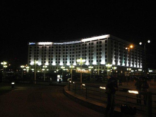 Radisson Slavyanskaya Hotel & Business Centre, Moscow: Fachada noturna do Hotel Radisson Moscou
