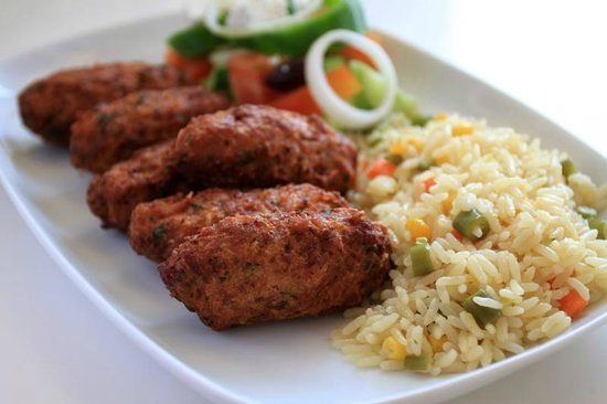 Psistaria Demetris : Traditional meatballs with rice and salad