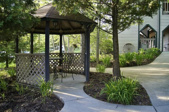 Coachlite Inn of Sister Bay: Paved walkways connect the buildings all beautifully landscaped for a peaceful stay.