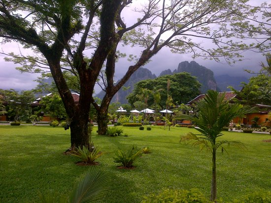 Villa Vang Vieng Riverside : resort gardens and mountain views