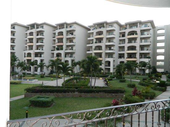 Villa La Estancia: view of hotel grounds
