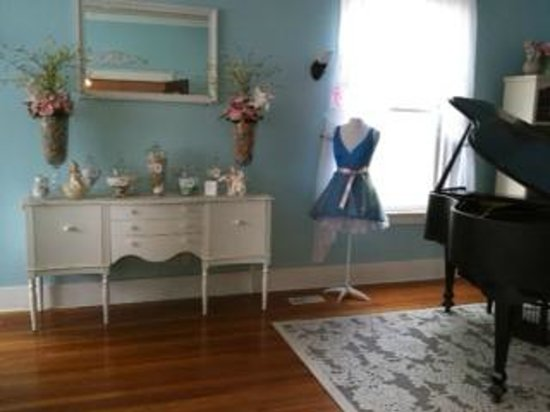 Southard House Bed and Breakfast: Southard parlor with baby grand piano