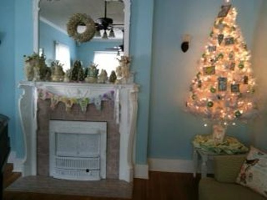 Southard House Bed and Breakfast: Southard parlor with fireplace