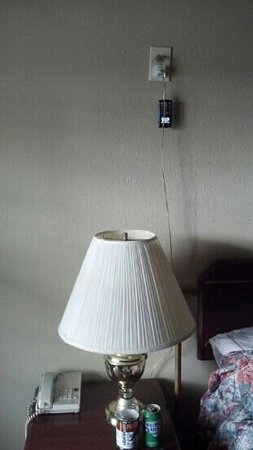 Budget Lodge Portland: wierd location for outlets...all 2 of them