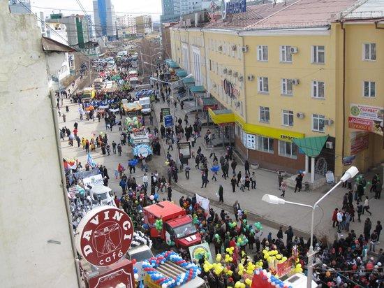 Lena: Вид с балкона кафе, Первомайская демонстрация ))
