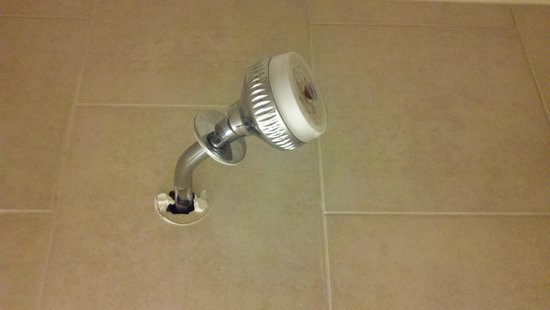 Hawthorn Suites by Wyndham Dallas Love Field Airport: Broken and low shower head