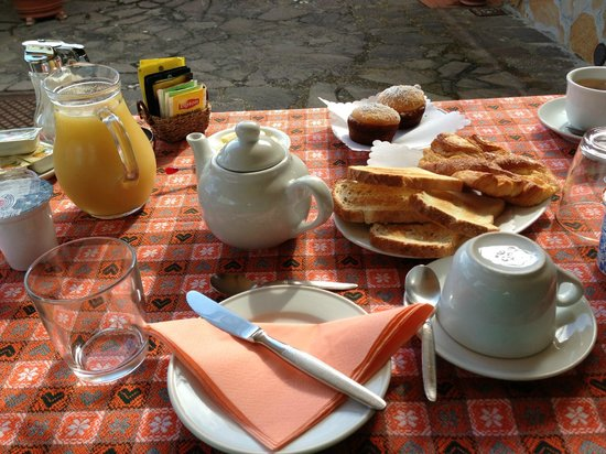 Montechiari in Chianti: Lovely breakfast served outside