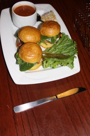 Henry's Pub : Salmon sliders with soup