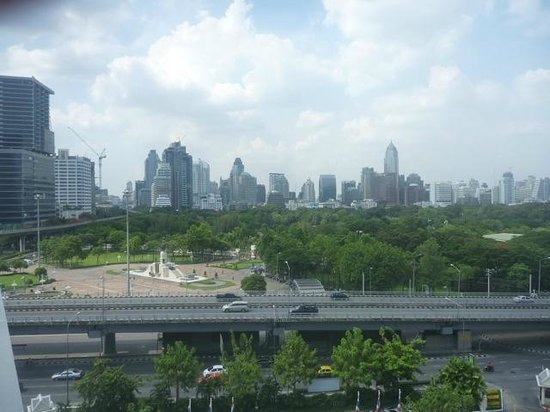 Dusit Thani Bangkok: View over Lumpini park from one of the two balconies.
