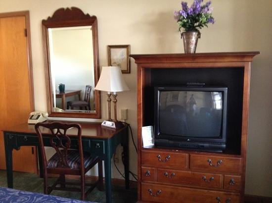 Glass House Inn: desk/tv