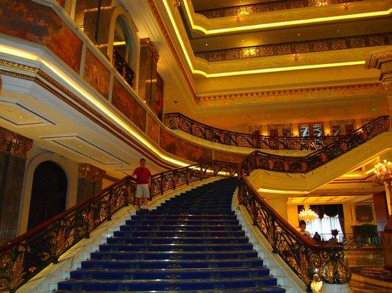 Legendale Hotel Beijing: Staircase in Main Lobby