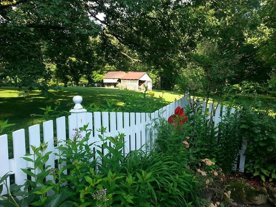 McCoy Place Bed & Breakfast: Love the white picket fence