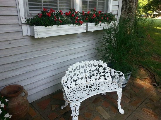 McCoy Place Bed & Breakfast: Blooming flowerboxes