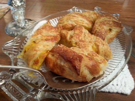 McCoy Place Bed & Breakfast: Homemade breakfast strudel