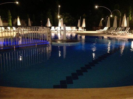 Opus Apart Hotel: night time poolside
