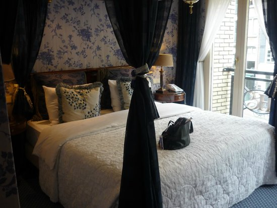 Hotel Estherea: Beautiful king size poster bed