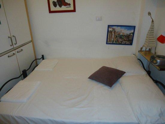Aloha Roma: La cama doble