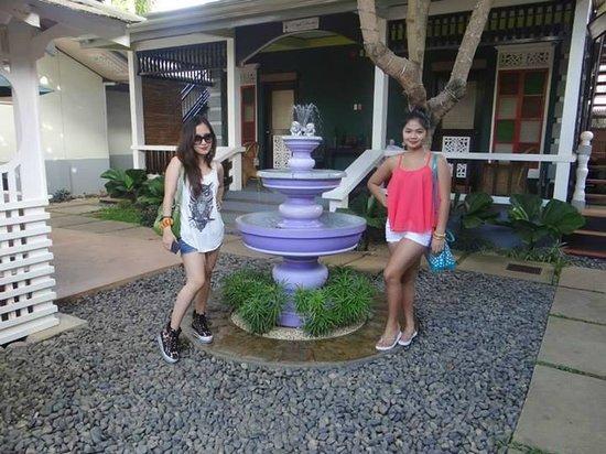 Purple Fountain  Inn: Purple fountain.