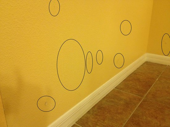 The Grandview at Las Vegas: Dirty marks all over the walls