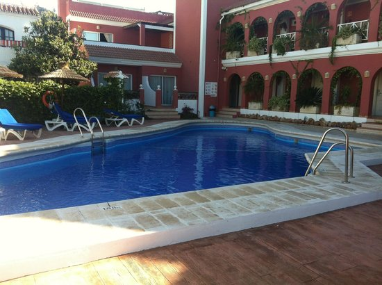 Hotel Los Arcos: Pool and surrounding rooms