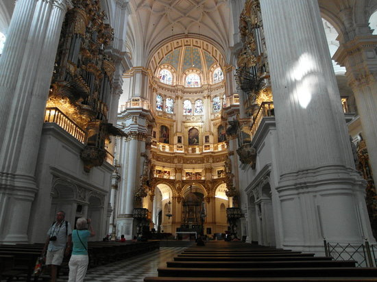 Cathedral and Royal Chapel : Inside the cathedral