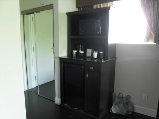 Admiral Inn & Suites: coffee maker and microwave and fridge