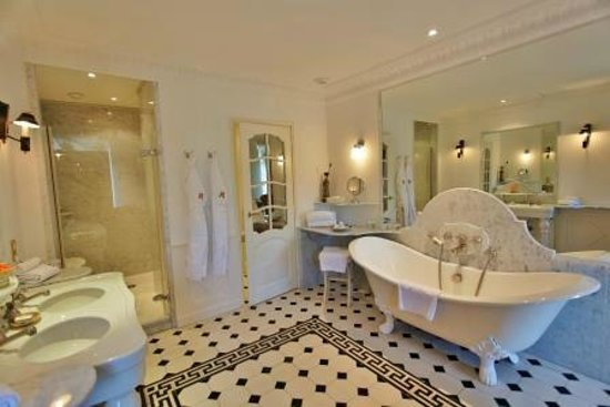 Chateau de Mirambeau : Junior Suite bathroom