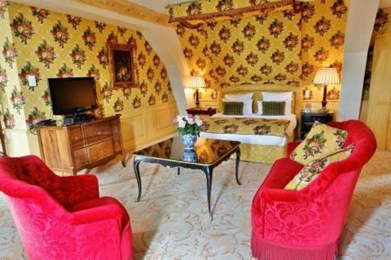 Chateau de Mirambeau : Suite room