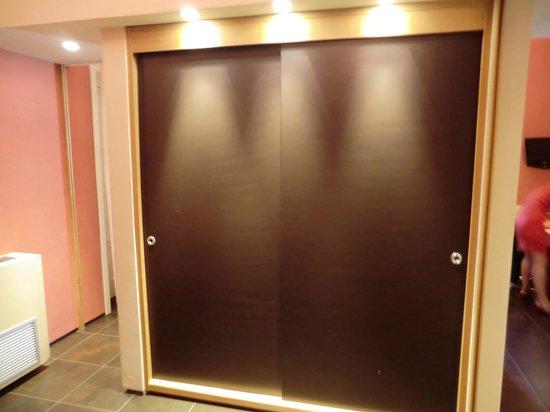 Hotel Novecento: Garderoben-Schrank im Raumteiler