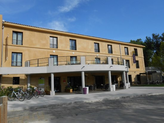 Suite-Home Aix en Provence Sud : vue du parking de l'hotel