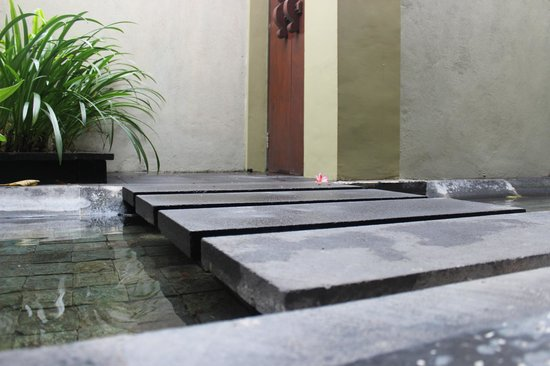 Pradha Villas: Entrance into villas (over a pond)