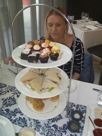Novotel Newcastle Beach: Sandwiches and cupcakes... yummy.
