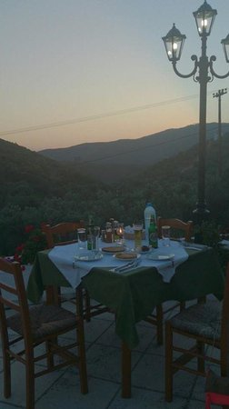 Κατσαρού, Ελλάδα: Romantic inland view, our favourite table