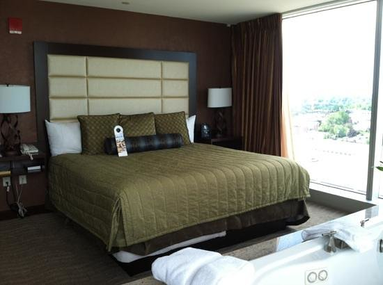 Seneca Niagara Resort & Casino: corner suite