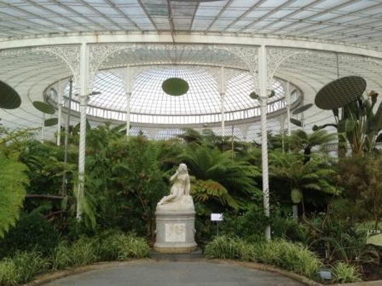 Hilton Glasgow Grosvenor Hotel: Statuetes are displayed in the Green House