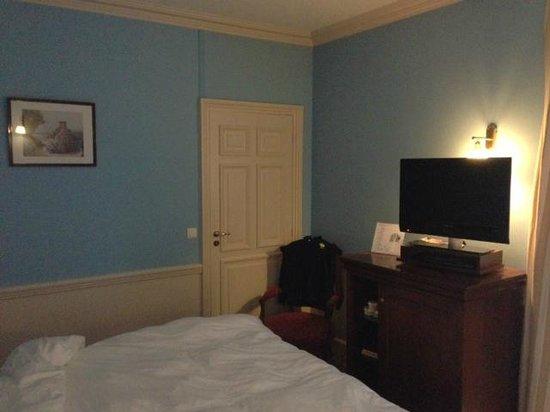 Hôtel Barrière Le Grand Hôtel : Couleur horrible de la chambre