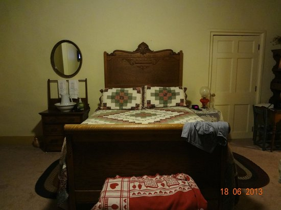 Jailer's Inn Bed and Breakfast: bed in colonial room