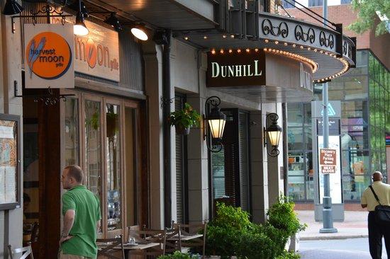 ذا دانهيل هوتل: front entrance, Dunhill Hotel