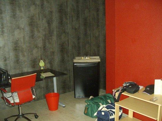 Hotel Le Monestié : dans la salle tv côté bureau avec frigo