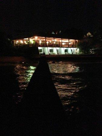 Sandy Point Village: Nachtblick vom Strand